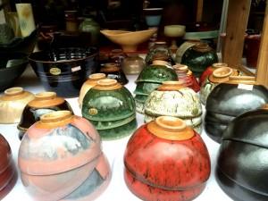 Ceramiczne miseczki na stoisku Kasengama