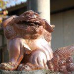 Ceramiczny posag lwa przed wejsciem do swiatyni
