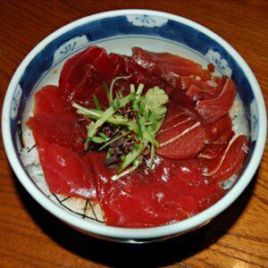 Maguro don - miska ryżu z pysznym surowym tuńczykiem