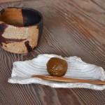 Matcha i słodka śliwka ume - podane w wyjątkowych naczyniach w pracowni Motohikogama