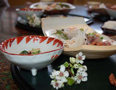 potrawy na stole ustawione zgodnie z zasadami japońskiej sztuki aranżowania stołu