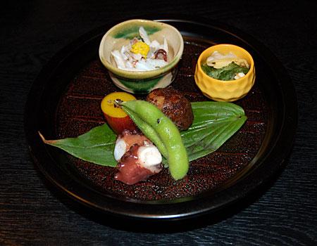 Potrawa podana według japońskiej sztuki aranżacji stołu