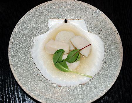 posiłek podany wg japońskiej sztuki aranżacji stołu